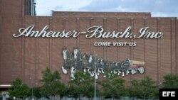 Fotografía que muestra la fachada de la planta de la cervecera, Anheuser-Busch, ubicada en St. Louis, Missouri (EEUU).