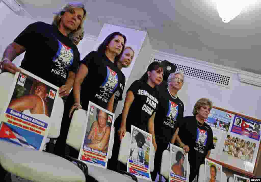 Las activistas de MAR por Cuba vistieron de negro como símbolo del luto por la represión en Cuba.