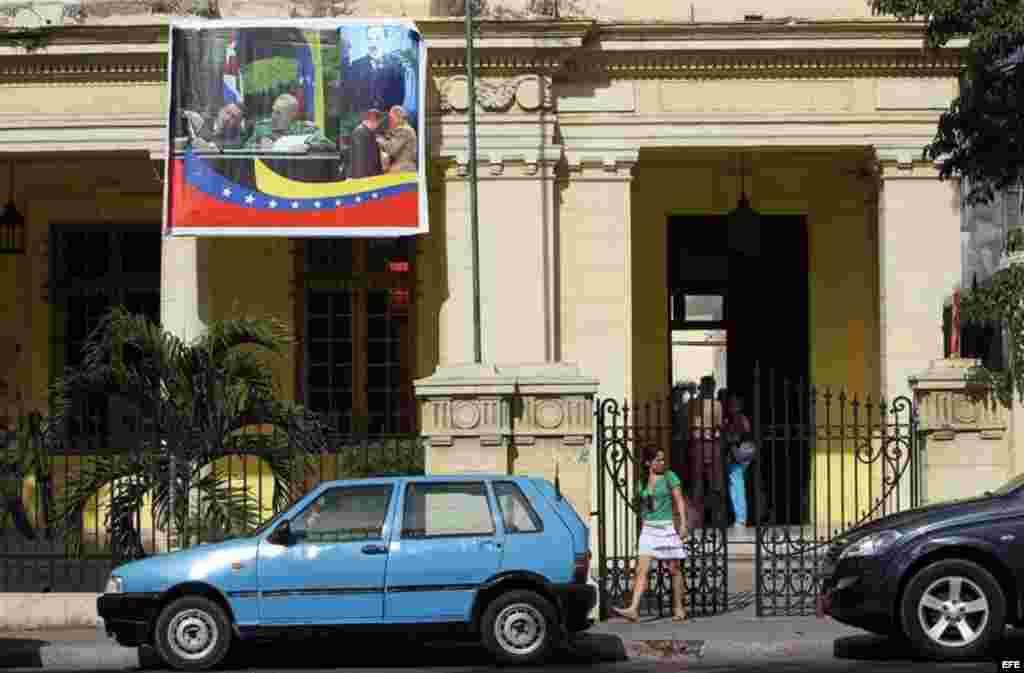 Un cartel con la imagen del presidente de Venezuela, Hugo Chávez y Fidel Castro ondea en la fachada de la Casa del Alba Cultural el lunes 7 de enero de 2013, en La Habana.