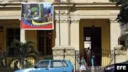 Un cartel con la imagen del ex presidente de Venezuela, Hugo Chávez, y de Fidel Castro, ondea en la fachada de la Casa del ALBA en La Habana. Archivo.