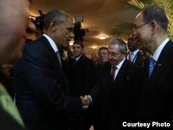 Los Jefes de Estado de Estados Unidos y Cuba se saludan en la inauguración de la VII Cumbre de las Américas.