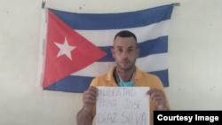Foto de uno de los participantes en las demostraciones cívicas por el 20 de Mayo en Cuba. (Foto tomada del canal de Youtube de Radio República)