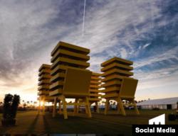 """""""Katrina chairs"""" de Alexandre Arrechea en Coachella. Foto: alexandrearrechea Instagram."""