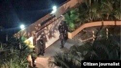 Efectivos del SEBIN durante el allanamiento a la vivienda del diputado opositor venezolano Juan Requesens, detenido por su supuesta participación ern un atentado a Nicolás Maduro