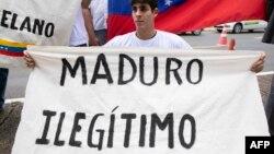 Un venezolano residente en Brasil muestra su rechazo a Maduro.