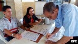 Un venezolano verifica sus datos en el registro electoral. EFE/Chico Sánchez