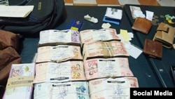 El dinero y la documentación encontrada en poder de los cubanos detenidos en El Alto.