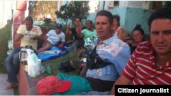 Reporta Cuba. Activistas mientras realizaban un plante frente a la Fiscalía en Santa Clara.