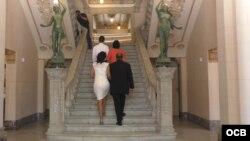 Subiendo la escalera del Palacio de los Matrimonios en La Habana.
