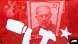 La imagen de Fidel Castro entre banderas y símbolos del comunismo.