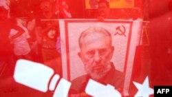 La imagen del dictador Fidel Castro entre banderas y símbolos del comunismo.