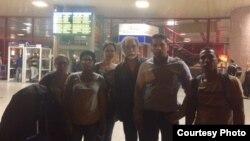 Solidaridad con Eliécer Ávila en aeropuerto habanero