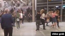Jóvenes asistentes al concierto de Ariana Grande escapan corriendo del Manchester Arena después del atentado terrorista que dejó al menos 22 muertos.