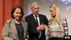 El escritor peruano, Mario Vargas Llosa (c) y las esposas de los opositores venezolanos presos Leopoldo López y Antonio Ledezma, Lilian Tintori (d) y Mitzy Capriles (i).