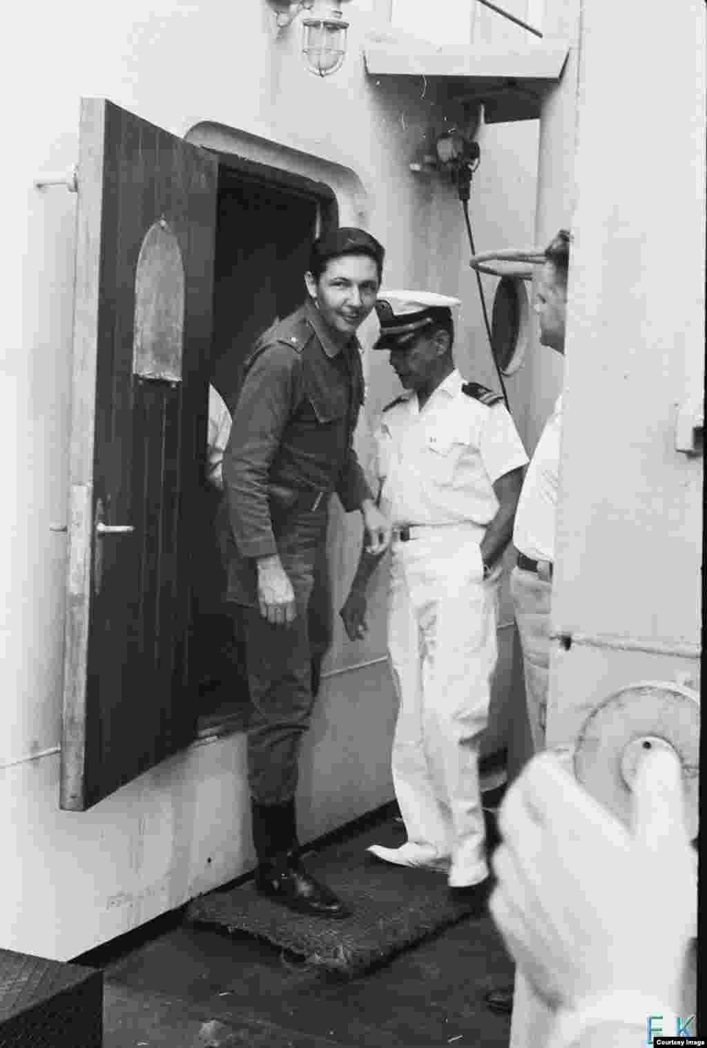 Raúl Castro saliendo a cubierta del Lgove.