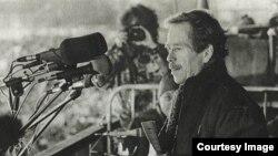 Vaclav Havel durante una de las protestas en 1989. Cortesía Radio Praga.