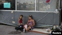 La cubana embarazada Viviana Martínez y su hijo de un año Sergio Rodríguez en espera de entrar a EEUU por el Puente Internacional Matamoros, Tamaulipas el 29 de junio 2019. REUTERS/Loren Elliott