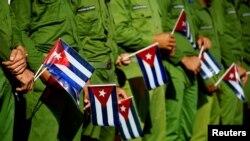 Soldados cubanos con banderas durante una marcha oficialista en La Habana. REUTERS/Alexandre Meneghini/Archivo