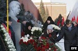 Varios asistentes colocan flores ante la tumba del dictador soviético Iosif Stalin en la Muralla del Kremli.