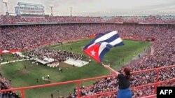 Miles de exiliados cubanos recordaron a las víctimas del Derribo de las Avionetas en el estadio Orange Bowl en Miami el 2 de marzo de 1996.
