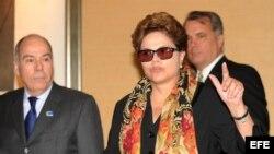 La presidenta brasileña, Dilma Rousseff, es recibida por el embajador de Brasil en Washington, Mauro Vieira, a su llegada el domingo 8 de abril de 2012, a Washington, D.C.