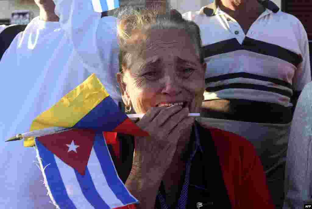 Una mujer afligida, llora por la muerte del líder cubano Fidel Castro.