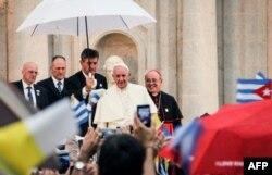 El Papa Francisco y el Cardenal Jaime Ortega en el Centro Félix Varela en La Habana, el 20 de septiembre de 2015. AFP PHOTO/JORGE BELTRAN