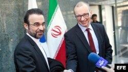 Vicedirector de la OIEA, Tero Varjoranta (d) y en enviado iranía Reza Najafi (i).