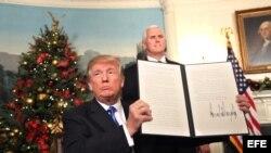 Trump muestra la proclamación que reconoce formalmente a Jerusalén como la capital de Israel.