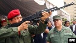 Foto Archivo. Hugo Chávez (i), manipula un fusil de asalto Kalashnikov AK-103 bajo la atenta mirada del ministro de Defensa, Orlando Maniglia (d) el 14 de junio de 2006, en el fuerte Tiuna, en Caracas, Venezuela.