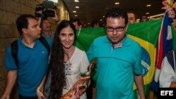 """La disidente cubana Yoani Sánchez (d), autora del blog """"Generación Y"""", recibida por el cineasta Dado Galvao (i),"""