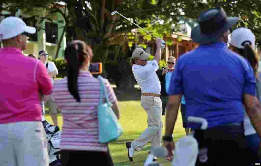 El golfista español Miguel Ángel Jiménez (c) imparte una clase intensiva en el Club de Golf de Capdevila, en La Habana.