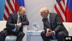El presidente ruso, Vladímir Putin, conversa con el presidente estadounidense, Donald J. Trump (d), durante una reunión bilateral en el ámbito de la cumbre de líderes de estado y gobierno del G20, en Hamburgo (Alemania) hoy, 7 de julio de 2017.
