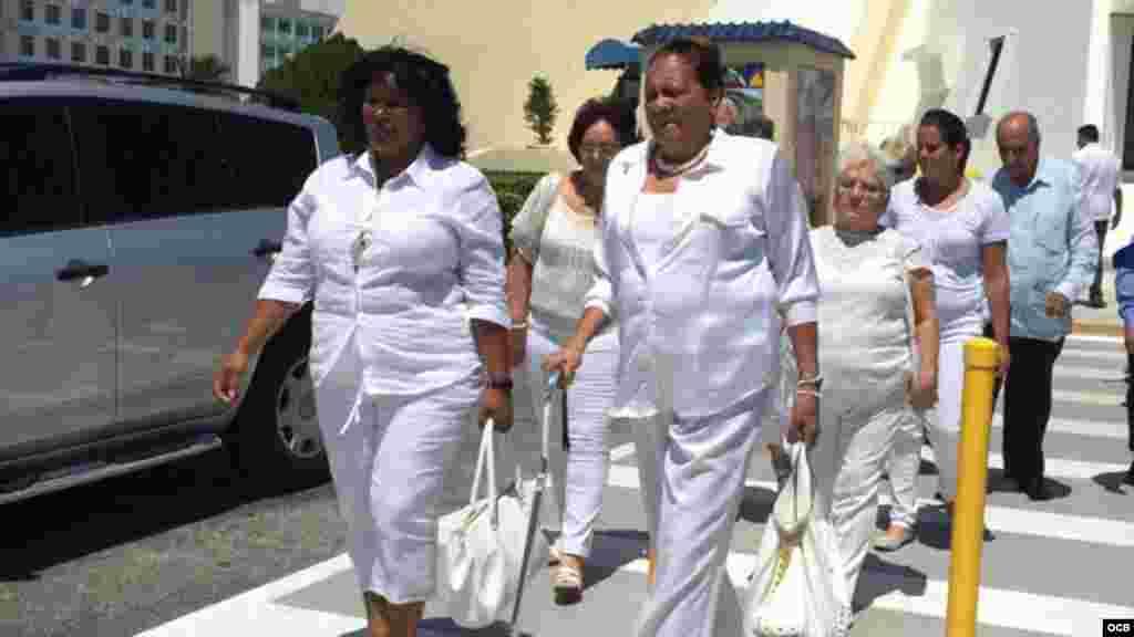 Damas de Blanco en el exilio en su caminata simbólica