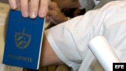 Fotografía de archivo. Pasaporte cubano. EFE/Enrique de la Osa