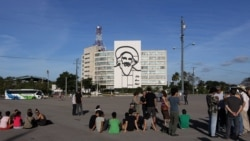 Intelectuales y artistas condenan represión a Bruguera