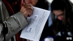 Una mujer vota en el plebiscito sobre el acuerdo de paz. (Archivo)