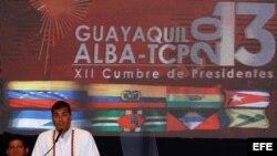 El presidente de Ecuador, Rafael Correa (2-i), da un discurso hoy, martes 30 de julio de 2013, durante la inauguración de la XII cumbre de la Alianza Bolivariana para los pueblos de nuestra América (ALBA).