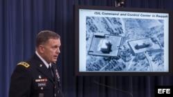 El director de operaciones del Estado Mayor Conjunto de Estados Unidos, teniente general William C. Mayville Jr., informa en una rueda de prensa sobre los ataques aéreos contra objetivos terroristas del Estado Islámico (EI) y Al Qaeda en Siria, en la sala de prensa del Pentágono en Arlington, Virginia (EE. UU.), hoy, martes 23 de septiembre de 2014.