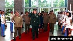 Archivo - Coronel general Guo Boxion visita Cuba en el 2011