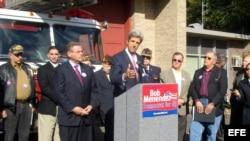 Archivo - John Kerry (c) ofrece su apoyo al senador Bob Menéndez (izda), durante un mitin electoral en Washington DC (EEUU).