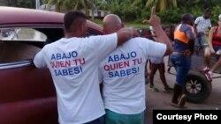 Las camisetas que Iván Amaro y Abel Bello vistieron en el cumpleaños 90 de Fidel Castro. Foto Cortesía Disneidis Ortiz.