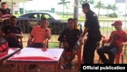 Seis balseros cubanos llegaron con ayuda de pescadores locales a Chicxulub Puerto, Yucatán.