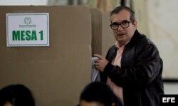 Rodrigo Londoño, alias Timochenko, vota en un colegio electoral de Bogotá