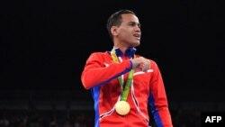 Robeisy Ramírez con la medalla de bronce en las Olimpíadas de Río de Janeiro en 2016. (Yuri CORTEZ / AFP)