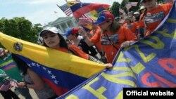 Venezolanos exiliados durante una manifestación en contra de Maduro.