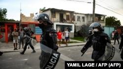 Antimotines recorren La Güinera el 12 de julio de 2021, un día después del levantamiento nacional contra el régimen comunista.