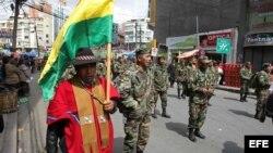 Una multitudinaria marcha de suboficiales, sargentos y sus esposas es vista hoy, jueves 24 de abril de 2014, en La Paz (Bolivia), asimismo en la ciudad de El Alto, para reclamar al Gobierno acciones y reformas para frenar lo que consideran racismo y la di