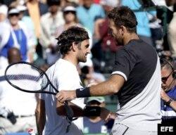 Federer (i) y Del Potro se saludan tras concluir el partido ganado por el argentino en la final de Indian Wells 2018.