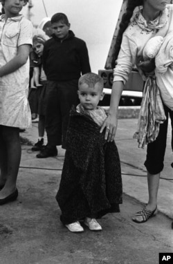 José Bueno, entonces un niño de dos años, en un centro de procesamiento de refugiados en Key West, durante el éxodo del Mariel.